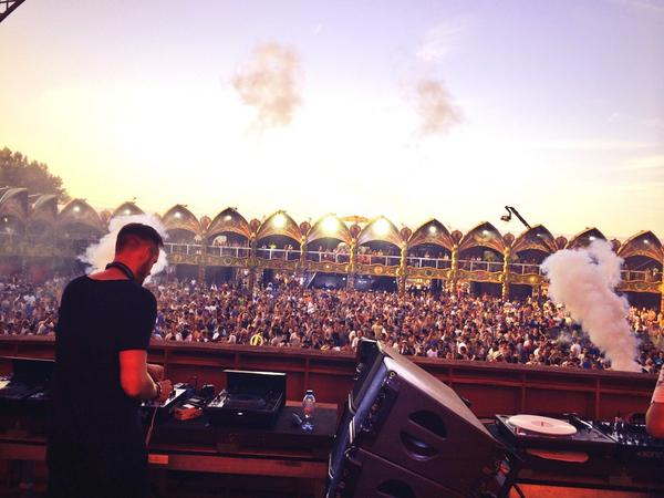 Leaving Belgium and #Tomorrowland and heading to London for @LoveboxFestival and afterparty gigs. http://t.co/D0VxSAgykZ