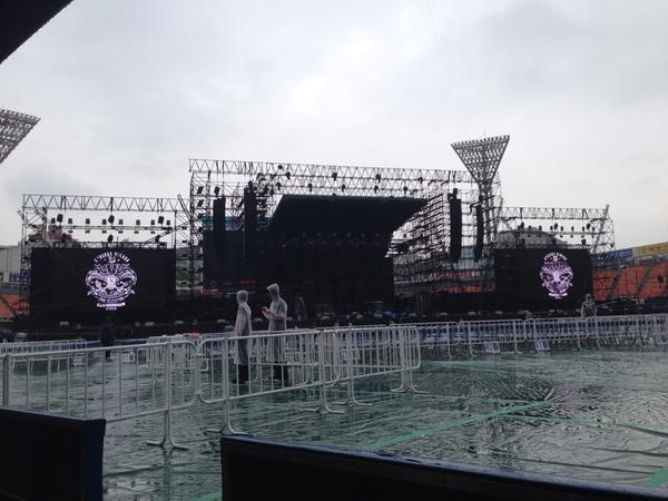氷室京介ツアー#49 横浜スタジアム初日終了!リハ時にはこんな曇天からの雨模様だったけど、本番は雨は居なくなってたね。ʕ•̫͡•ʔ 久しぶりの万人レベルのお客さんのパワー凄かった!心で感じるライブ、明日も!ʕ•̫͡•ʔ☥ http://t.co/Az4qyKpLyl