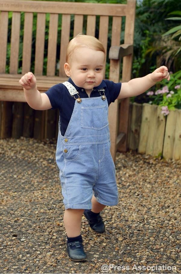 Look who's walking! Here's our little Prince ahead of his 1st birthday on 22nd July #HappyBirthdayPrinceGeorge http://t.co/aJe0wQAmqG
