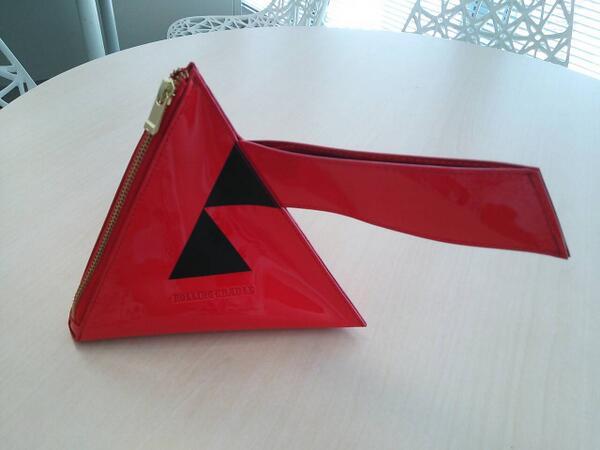 ムーのコラボ商品が続々と完成しています。今度はムーポーチ!! なんとピラミッド型の立体ポーチです。カラーも3色展開☆彡 発売が待ち遠しいです(ジャ) http://t.co/t2PnCYZ1cT