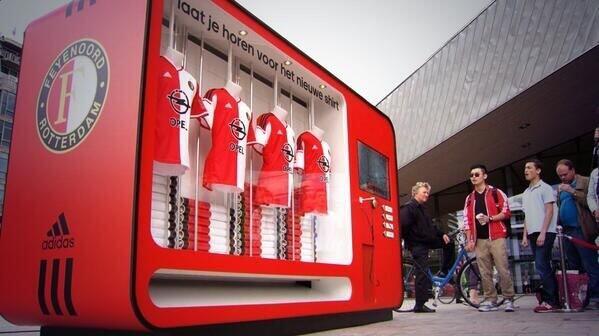 フェイエノールトのユニホームが、ロッテルダムの駅で自販機で買えるみたいだけどいいよね。FC東京も京王線新宿駅の近くに置いたらいいのにね。 http://t.co/pfJQgzJh68