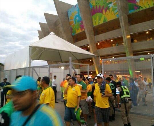 des supporters brésiliens quittent le stade  à la mi-temps  #BREALL http://t.co/qRGpvNVtf4