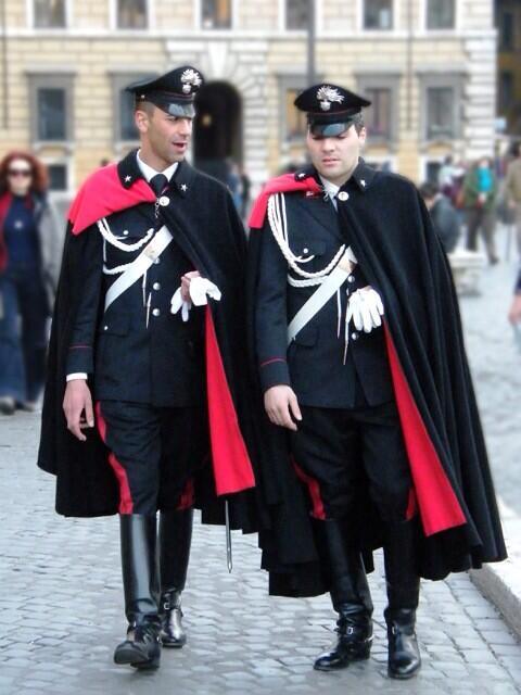 イタリアの国家憲兵カラビニエリの制服も別方向から中2心を煽る