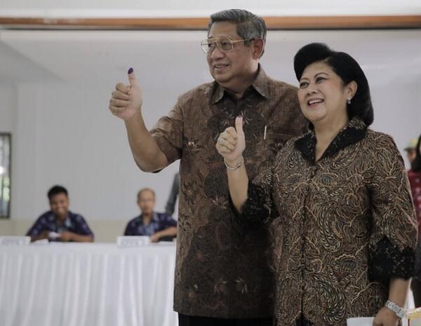 Kompak mengenakan batik warna coklat, Presiden SBY & Ibu Ani gunakan hak pilih di TPS 06 Cikeas. http://t.co/IB3PbAV5EQ