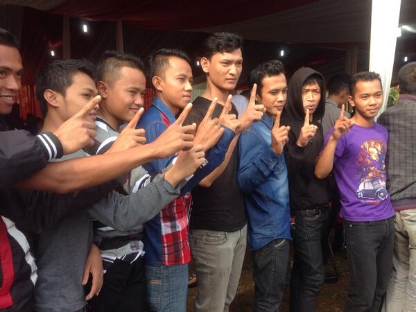 Youth supporters of @Prabowo08 in Hambalang, Indonesia before they voted this morning. #pemilu2014 #indovote http://t.co/jp4Sgm1Bu6