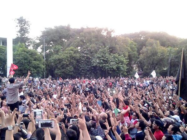 "Awas dibilang sotosop om ..wkwkwk RT""@jayaroxx: Gawaaaaat RT @AdibHidayat: Jokowi di Tugu Proklamasi http://t.co/yi2ZWAzbsT"""