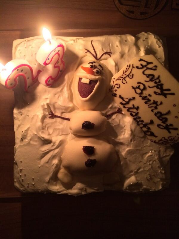 23歳になりましたー! もうすでにいろんな方にお祝いしてもらって、 最高の誕生日♥︎ プライベートでは、、 友達のシェフの女の子が作ってくれた 可愛すぎるオラフケーキで23歳のお祝いしてもらいました!✨ http://t.co/OwbTDN1kRJ