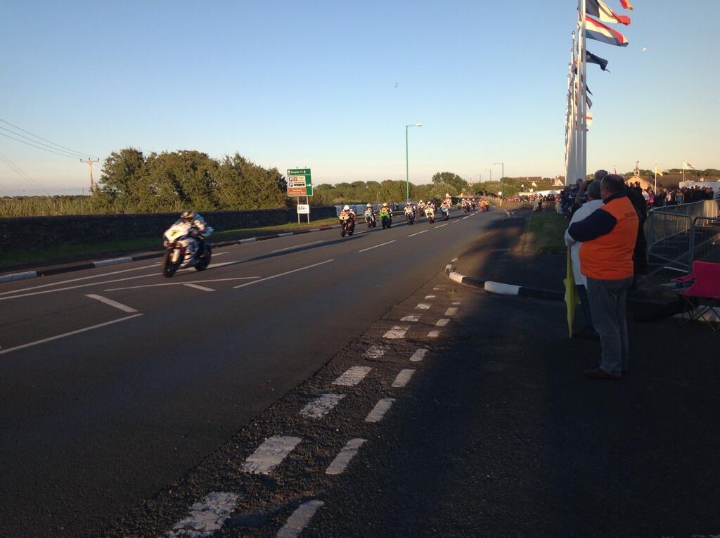 [Road Racing] Southern 100 2014 - Page 3 BsIK87XCMAA4bea