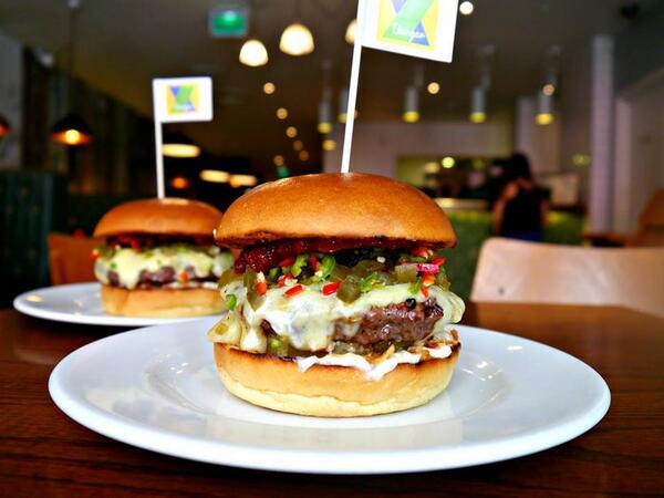 Brasileiro ganha hambúrguer grátis no Reino Unido para consolar 7x1 para #GER http://t.co/kuE9j3SyvV http://t.co/0lLeVbNWot