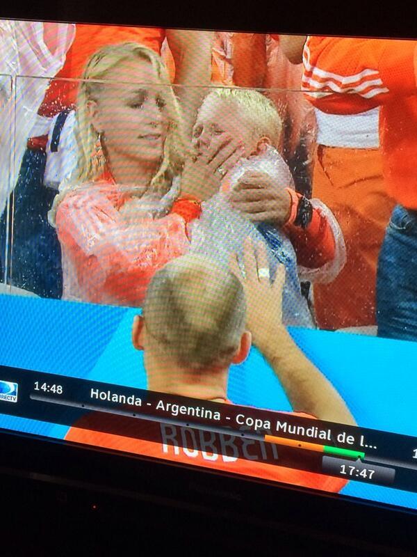 Como es el fútbol unos ríen otros lloran / que tristeza ver al hijo de #Robben desconsolado llorando http://t.co/Bz00KwbtOk