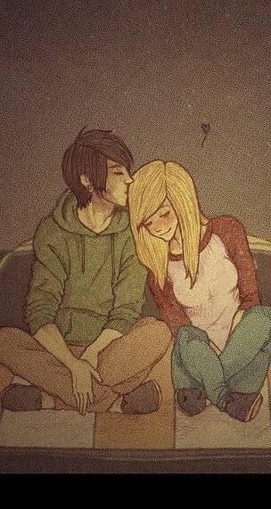 Девушка блондинка с парнем целуются фото