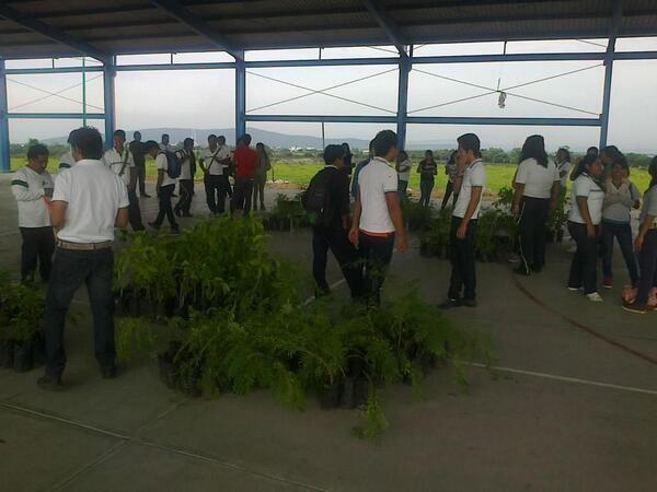 Preparativos en el Cecyte 04 Tlayecac en Ayala. #DíaDelÁrbol #MorelosSustentable http://t.co/C0Lv9cyKaE