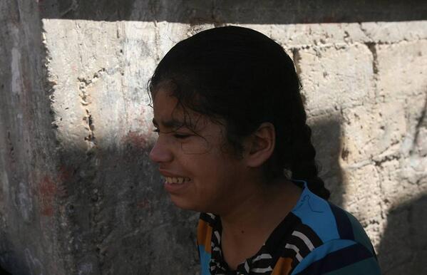 パレスチナ自治区ガザ南部のカーンユニスで、空爆によって家を破壊され、涙を止めることのできない女の子―。http://t.co/gogyyEnhDu 子どもたちは、昼夜問わず行われる戦闘に、凄まじい恐怖にさらされています。#ガザ http://t.co/0v2CIvy8Dc