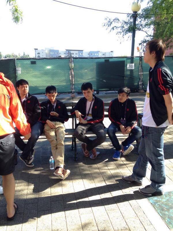 Team DK расслабляется после заключительной игры.