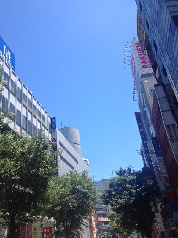 幸い、東京では豪雨も暴風もなかったが、熱風だけを残していった。暑い。雲ひとつない渋谷。本日「太陽2068」は2時開演 http://t.co/5Fs6T0MVn5