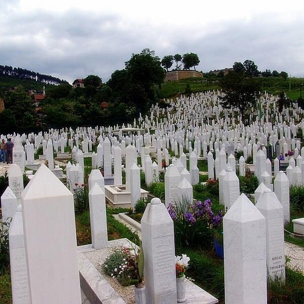 Srebrenitsa'yı unutma... gazze'ye gözünü yumma... don't forget srebrenitsa. http://t.co/JAi4S70sOU http://t.co/kVPKLjfxpS