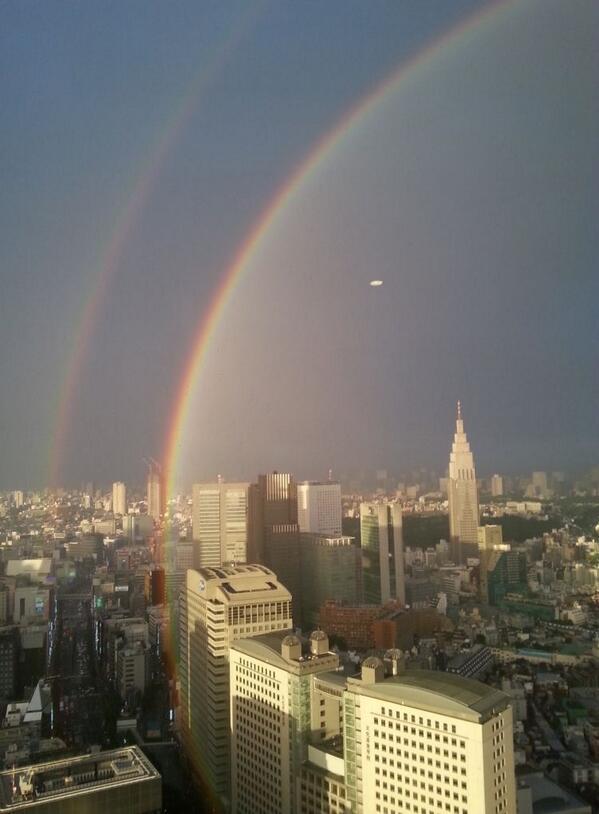黄昏に染まる東南の空に大きな孤を描く2重の虹が現れました。素敵な週末となりそうですね! http://t.co/uwNaVMAGP2