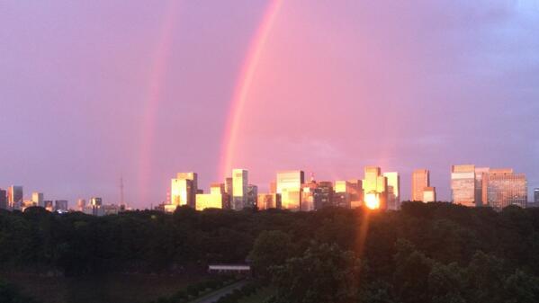 半蔵門・TOKYO FMのスタジオからの景色は、二重の虹と夕焼けですごいことになってきました。 #tokyofm http://t.co/Uu6vfEMvdB