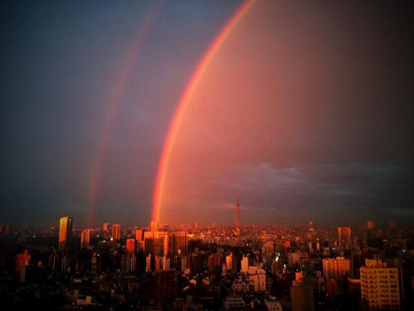 やばい… RT @ashitamama: 【速報】二重の虹とマジックアワーと東京スカイツリー! (@ 文京シビックセンター 展望ラウンジ)  #イマソラ #mysky #虹 #夕焼け #写真好きな人と繋がりたい http://t.co/fteFmFNCks