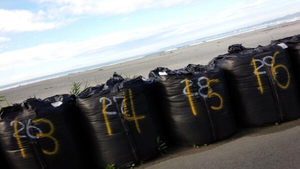 津波注意報出てる福島県の海岸の防波堤こんなです。 http://t.co/h5TwFES09s