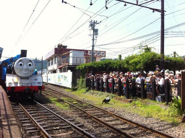 大井川鉄道のリアルきかんしゃトーマスいよいよ運行初日です。新金谷駅に大勢の人々が詰めかけ、トーマスの出発を待っています。式典後、10時38分に出発進行です。 pic.twitter.com/vlBmJPMAQ3