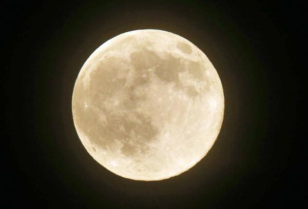 月が地球に接近する時期の満月、通称「スーパームーン」。午後8時過ぎ、薄曇りでしたが東京・大手町から観測できました。EOS-1DX、400mm、2倍のテレコンを使用して撮影(健) pic.twitter.com/njFTyUddJA