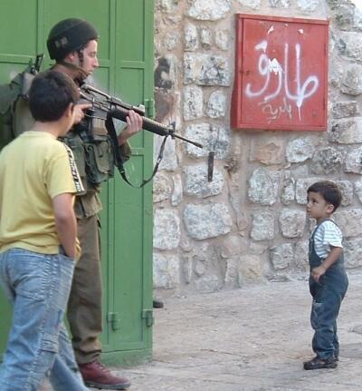 よく解説されてます。RT @hopi_domingo: 中東問題がどうしてこうなったか歴史的経緯がよく分かるまとめ http://t.co/mqRWtaxMjT    パレスチナ人に銃口を向けるイスラエル兵 http://t.co/HyPQ6j47nw
