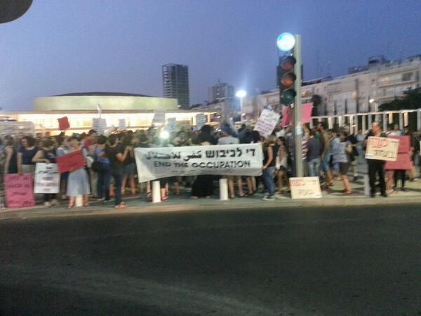 Hundreds demonstrating in Tel Aviv against the massacre in Gaza #GazaUnderAttack #antifa972 http://t.co/B38Ba6IQV6