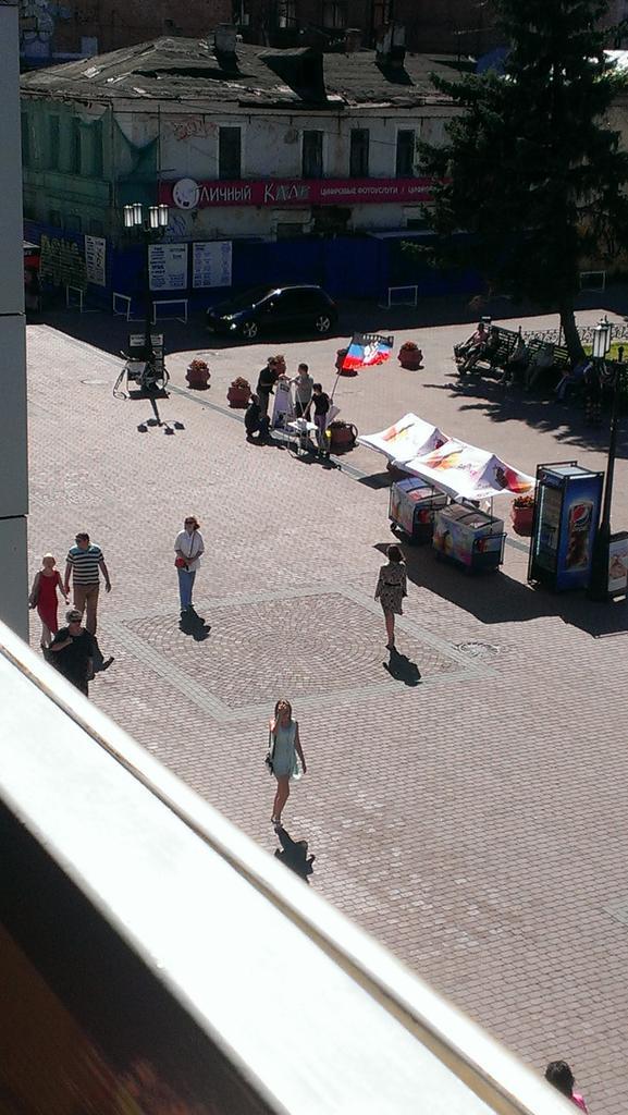 Наблюдаю на Покровке флаг ДНР. Интересно, что там ребята делают. http://t.co/ezwKjgXsOK