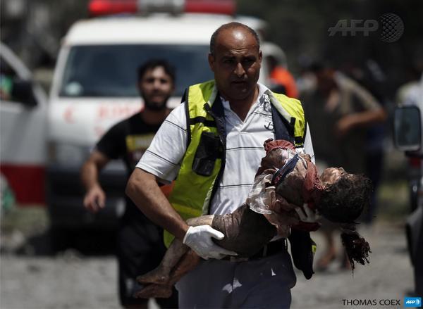 RT: #Gaza مسعف يحمل جثة طفلة فلسطينية قضت في القصف الاسرائيلي على حي الشجاعية في غزة http://t.co/l1tDNVotXX