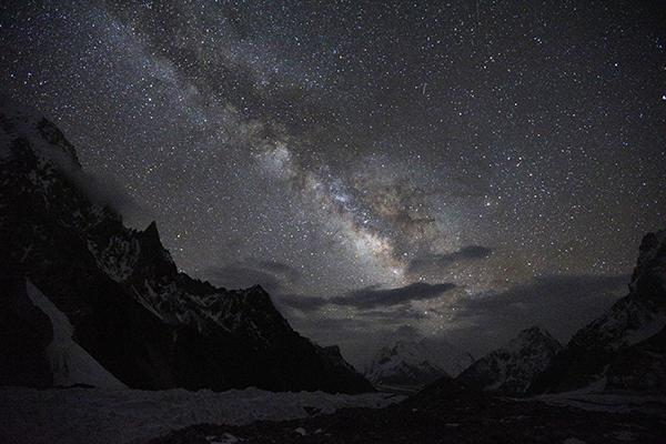 宇宙の中に地球はあり、地球の中にカラコルム山脈があり、そしてこの山がある。全てはひとつに。明日、現地時間の朝5:30(日本9:30)にベースキャンプを出発します。 http://t.co/uLI2fXbcKZ
