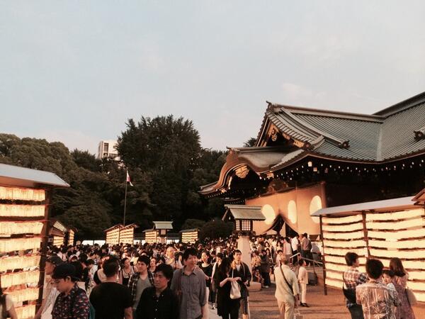 この季節、いい感じですね。 RT @s_uemura: 靖国神社のみたまみつり。日も落ちてきて境内も良い感じです(^_^)v http://t.co/5l06Fv8Jba
