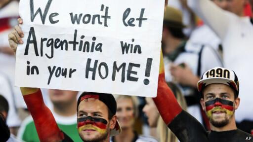 'Não deixaremos a 'Argentinia' ganhar na casa de vocês', diz cartaz de alemães. Siga #Copa2014 http://t.co/bs0rZGENfk