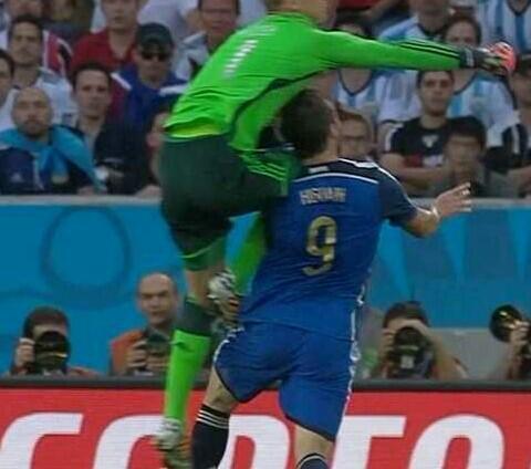 This is a penalty and red card but..... RT @radiomitre: Esta es la jugada de la polémica http://t.co/Nqq7TalZyV