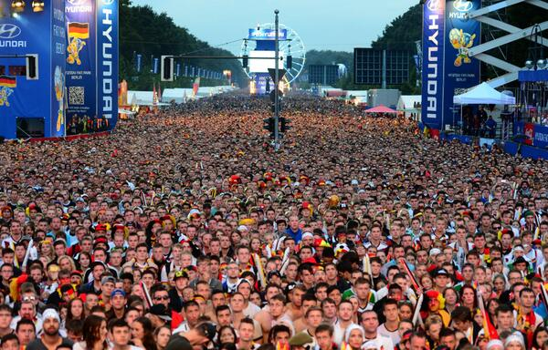 MEIN GOTT! 200,000 at public viewing now in #GER at Brandenburg Gate, Berlin. #WorldCup http://t.co/Aamh6y0AdI
