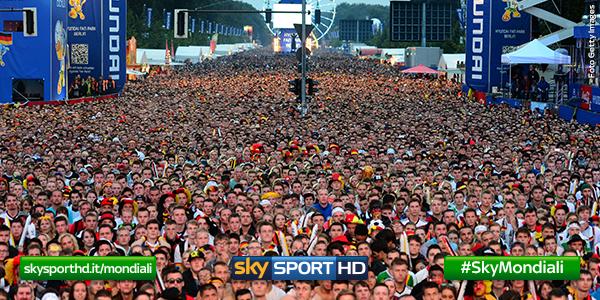 ベルリンの今がものすごい(笑) RT @SkySport: #Berlino è completamente stracolma di tifosi pronti a sostenere la nazionale per il … http://t.co/DeP3Qonge1