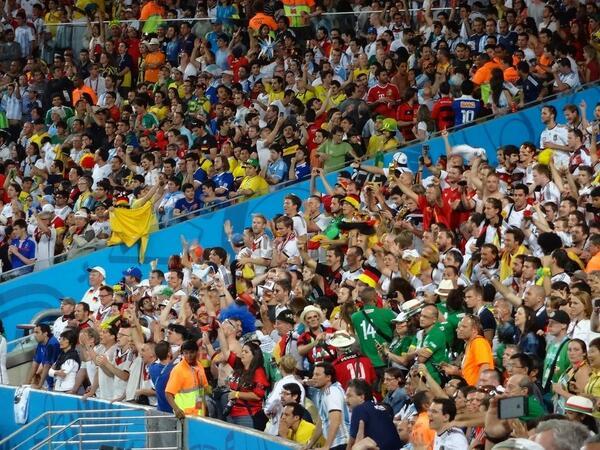 Felicidad para los alemanes. #GER VS #ARG #ClausuraDelMundial #Mundial2014 #WorldCup #WorldCup2014 #Brasil2014 http://t.co/AZxC2JQsJB