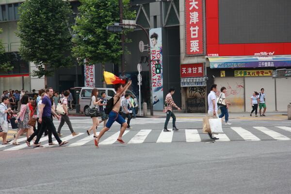 朝の渋谷スクランブル交差点で、いちおうこういうのも撮った。 http://t.co/kRY8oxpdSF
