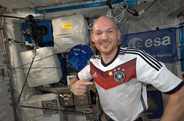 """""""@Astro_Alex: Gratulation vom #ISS an @DFB_Team für Topleistung! ..  haben wir schon mal 1 besorgt... http://t.co/M7HjAHeHAV"""" #GER #Fanline"""
