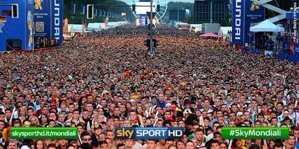 ベルリンの様子!  コミケでもこれには勝てんwwwww http://t.co/3ObL5yfChS