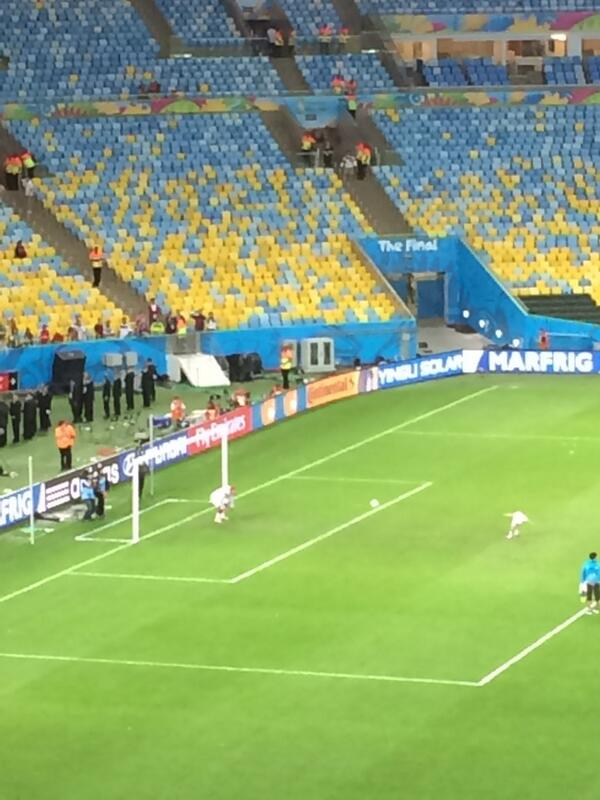 Lukas Podolski going in goal for his son's penalties in front of last few hundred German fans still inside Maracanã. http://t.co/hDkg5d49Zg
