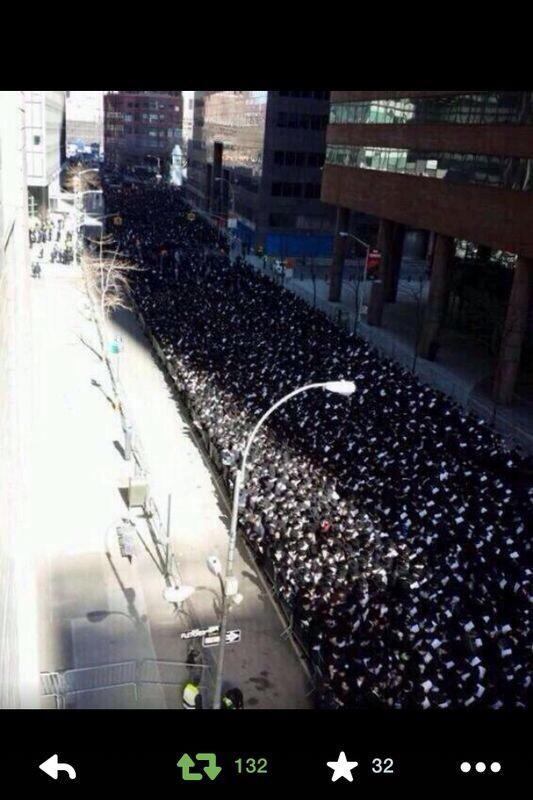 يهود نيويورك يتظاهرون ضد جرائم الصهاينة في #غزة إنسانية لا تجد جزءا منها في متصهينة عرب أتباع المحافظين الجدد http://t.co/Ait0lkjwPY