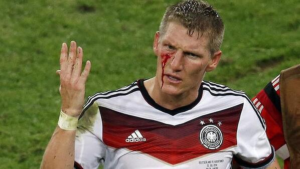 'Jogamos pelos brasileiros também' - Bastian Schweinsteiger #GER #Copa2014 #WorldCupFinal http://t.co/4xZmN6Bv14