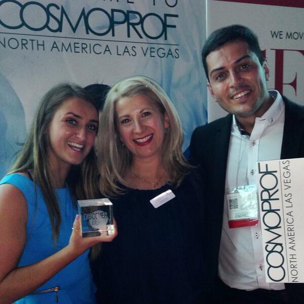 And the winner of the @cosmoproflv discover beauty award goes to... KARORA