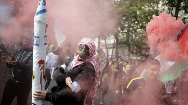 Nope…. this picture is not from Gaza but from Paris yesterday :-( http://t.co/zO3PqxQu7e