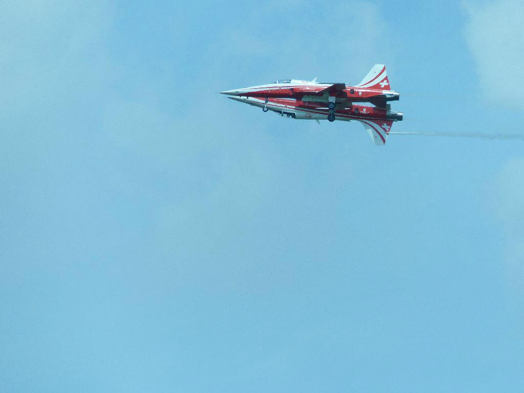 "Red arrows kissing? :) ""@StanEgerton: @airtattoo @rafredarrows Saturday,  Bit close or what ?Stan :-) http://t.co/bsm6lYRB9j"""