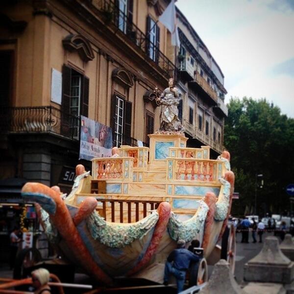 Work in progress del carro del #festino http://t.co/QtWUv57V9f