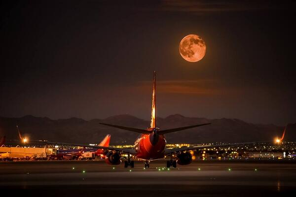 Here's the supermoon as captured by Capt. Paul Youdelis, of @LASairport 's Aircraft Rescue and Fire Fighting Station. http://t.co/ckJEKuMlUf