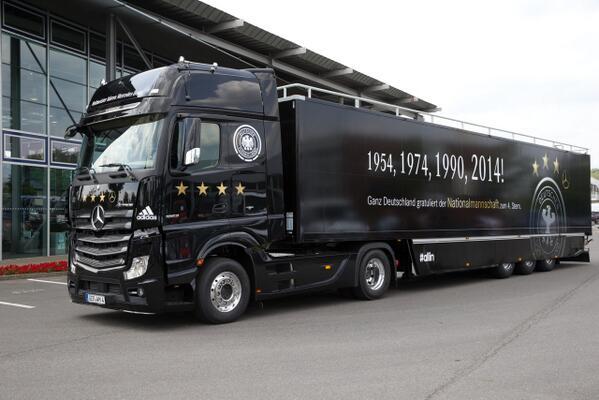 Mit LH 2014 von Rio nach #Berlin, dann mit einem offenen Truck zur Fanmeile... http://t.co/VUljxC6DOU #aneurerseite http://t.co/bMgld0PwFY