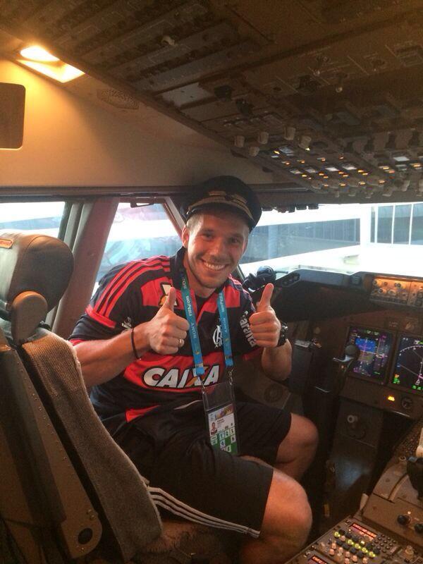 Willkommen an Bord. Ab gehts nach Berlin! Bis morgen Fans! Grüsse aus dem Siegerflieger. Euer Poldi #siegerflieger http://t.co/pUwtUulEs8